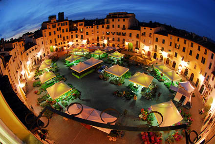Lucca - Piazza anfiteatro in notturna a Santa Zita